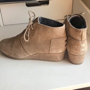 TOMS Nwot size 4 girls wedge boots tan suede